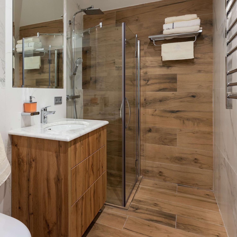 badezimmer-fliese-holzoptik-modern