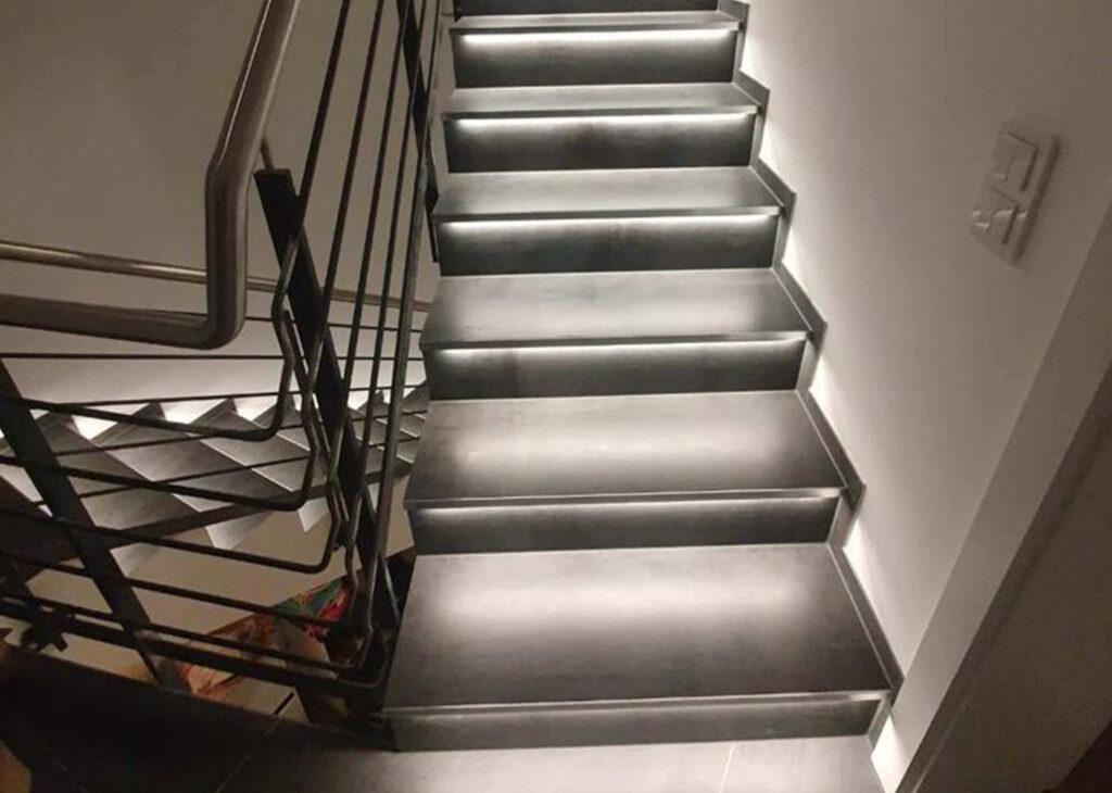innentreppe-naturstein-treppe-granit-beleuchtung