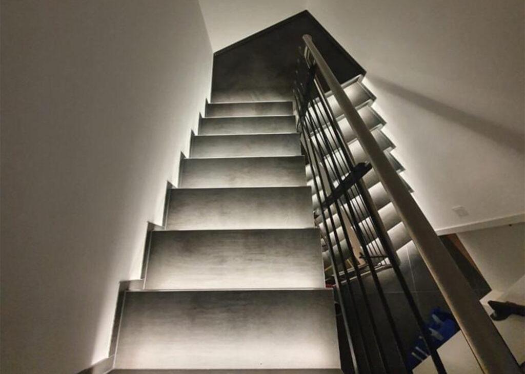 innentreppe-naturstein-treppe-granit-beleuchtung-2